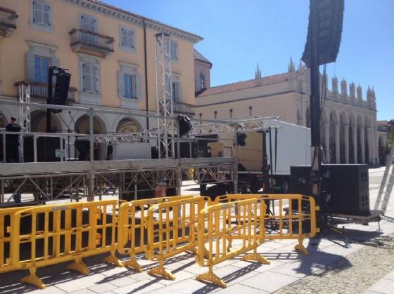 Un momento dell'allestimento del palco (© Comune di Biella)