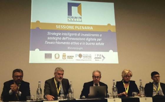Antonio Samaritani, Paolo Panontin, Loredana Capone e Simone Puksic alla riunione della Commissione Agenda Digitale al Forum PA Puglia (© Regione Friuli Venezia Giulia)