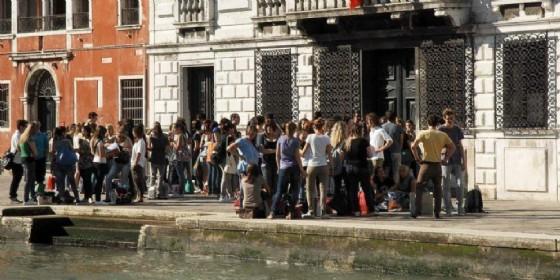 Studenti fuori dalle scuole di Venezia