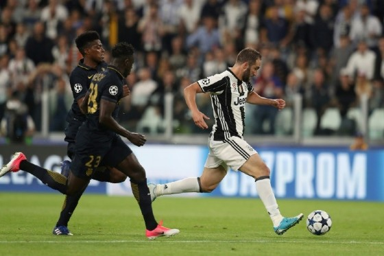 Juventus' forward Gonzalo Higuain (R) vies with Monaco's defender Benjamin Mendy (C) during the UEFA Champions League semi final second leg football match Juventus vs Monaco, on May 9, 2017