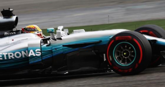 La Mercedes di Lewis Hamilton in azione (© Pirelli)