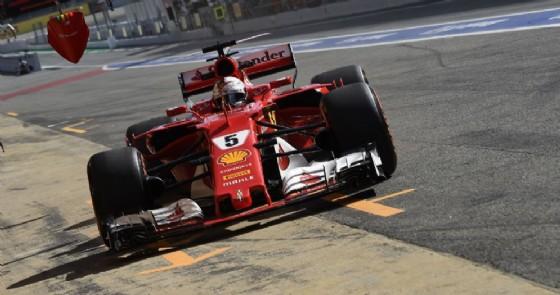 Sebastian Vettel imbocca la corsia dei box di Barcellona (© Ferrari)