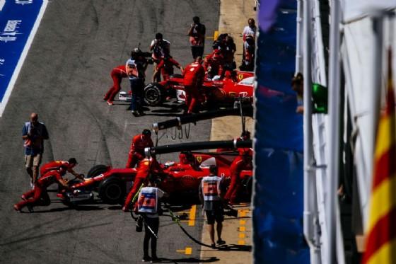 Le due Rosse di Vettel e Raikkonen spinte nel garage dai meccanici