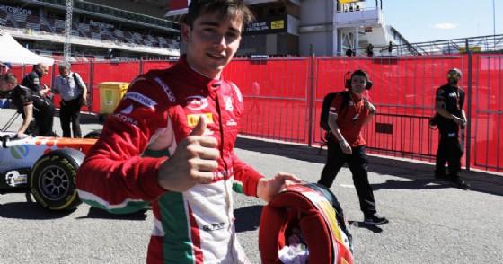 Charles Leclerc festeggia la pole position a Barcellona (© F2)