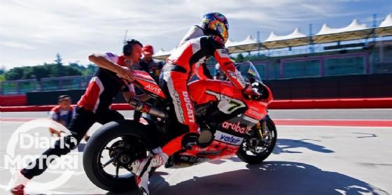 Marco Melandri esce dal garage Ducati sul circuito di casa