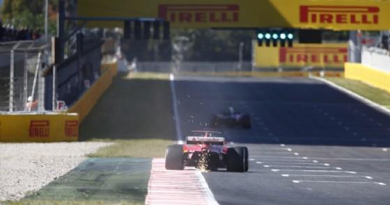 La Ferrari lanciata sul rettilineo principale di Barcellona