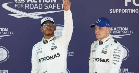 Lewis Hamilton e Valtteri Bottas dopo le qualifiche a Barcellona (© Mercedes)