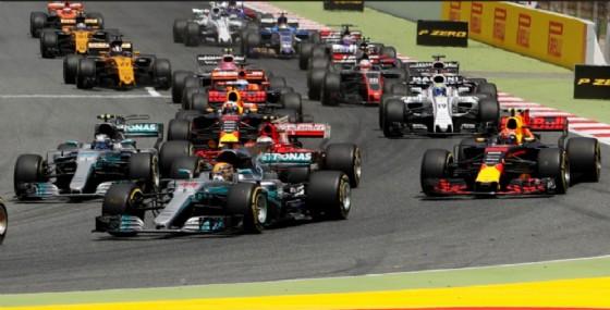 Valtteri Bottas, Kimi Raikkonen e Max Verstappen affiancati alla prima curva dietro a Lewis Hamilton (© Mercedes)