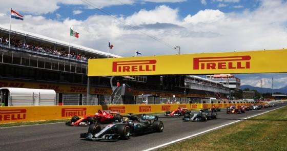 La partenza del GP di Spagna con Sebastian Vettel che supera Lewis Hamilton