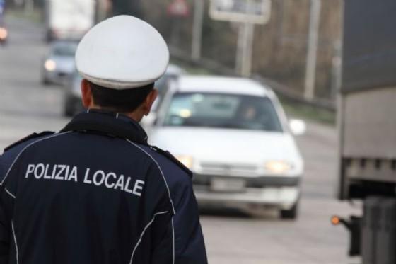 Agenti di Polizia locale sui bus contro la sosta selvaggia (© Adobe Stock)