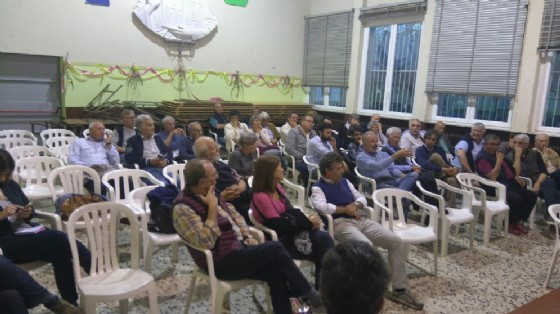 I residenti presenti al salone parrocchiale del quartiere, lunedì (© Comune di Biella)