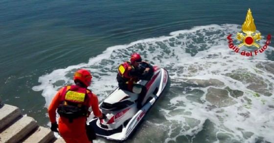 Cade in acqua davanti a Malamocco: salvata dai Vigili del Fuoco