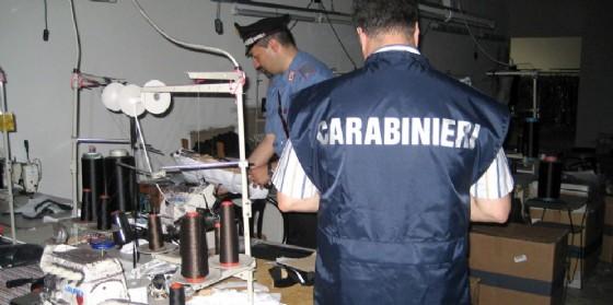 Trovati 11 lavoratori cinesi in nero in un laboratorio tessile