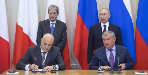 La firma dell'accordo tra Eni e Rosneft tra i rispettivi amministratori delegati Claudio Descanzi e Igor Sechin