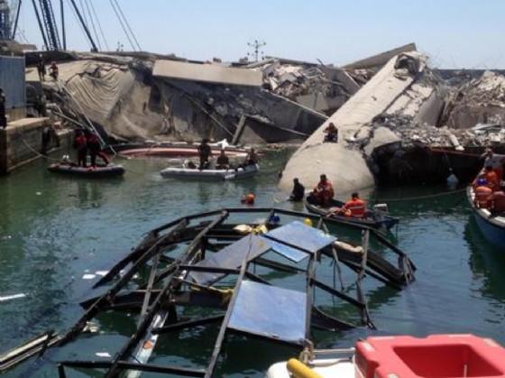 Il disastro al porto di Genova (© ANSA)