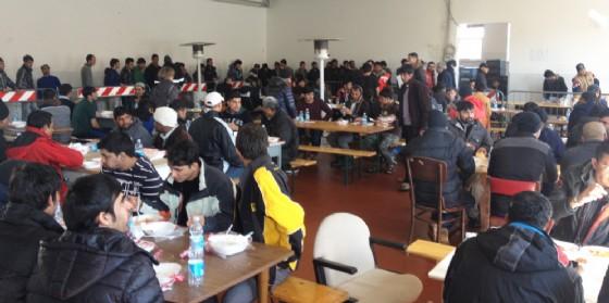 Migranti nell'ex caserma Cavarzerani (© Diario di Udine)