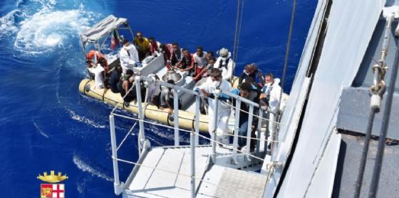 Sbarco di migranti in un porto italiano (© ANSA / UFFICIO STAMPA MARINA MILITARE)