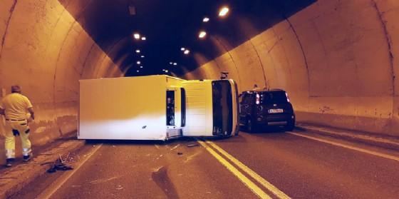 Incidente nella galleria di Malborghetto: furgone si ribalta (© G.G.)