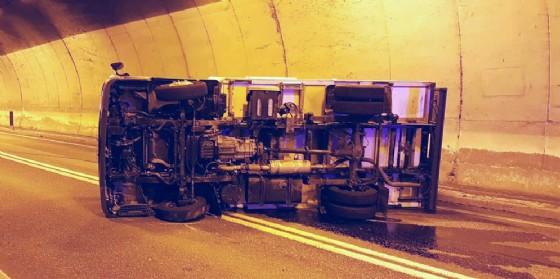 Incidente nella galleria di Malborghetto: furgone si ribalta