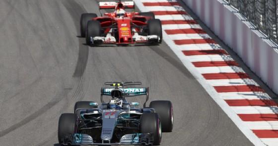 La Mercedes di Valtteri Bottas davanti alla Ferrari di Sebastian Vettel