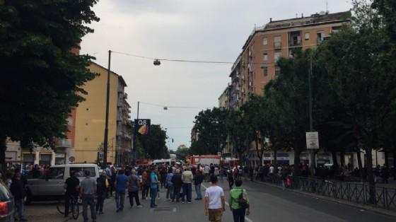 La gente che si è radunata in via Borgaro