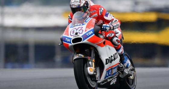 Andrea Dovizioso in azione sulla sua Ducati nelle prove libere a Le Mans