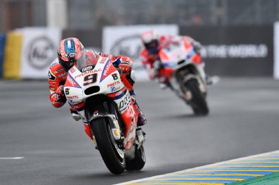 Danilo Petrucci davanti a Dovizioso in pista