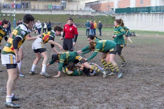 A sinistra le giocatrici biellesi, a destra le torinesi con le vecchie divise del Biella Rugby (© Dynamo Dora Rugby)