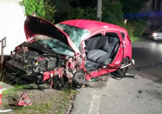 La drammatica immagine dell'auto dopo l'incidente (© Diario di Biella)