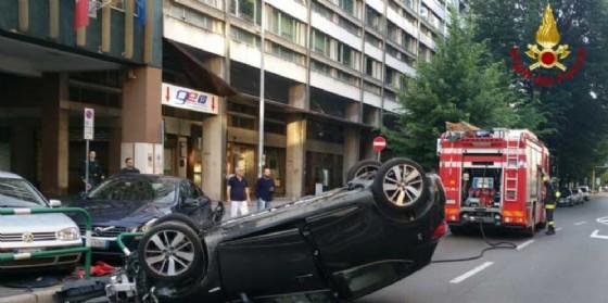 Auto si cappotta e travolge 5 vetture in sosta (© VF)