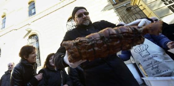 Banchetto a base di porchetta per protestare contro la moschea