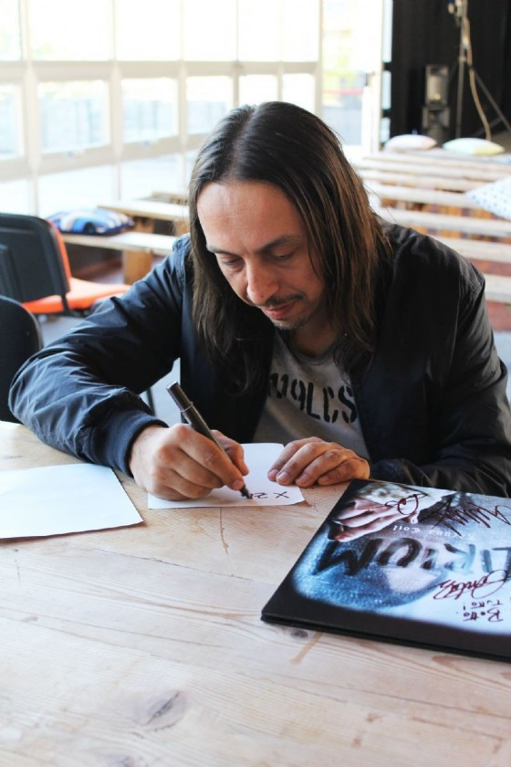 Andrea Ferro cantante dei Lacuna Coil firma il vinile dell'ultimo disco della band