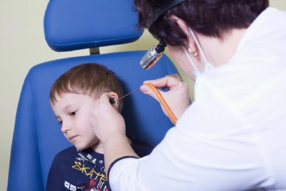Otite curata con farmaci omeopatici, morto a 7 anni il piccolo Francesco