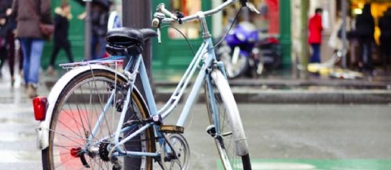 Il nuovo regolamento di Polizia locale che vieta di agganciare le bici ai pali (© Fiab Onlus)