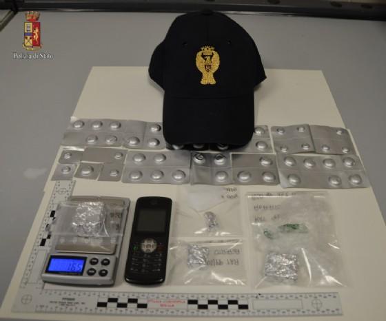 Droga e bilancini elettronici sequestrati dagli agenti (© Polizia di Stato Biella)
