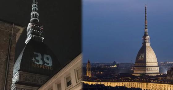 La scritta «+ 39 RISPETTO» sulla Mole Antonelliana (© Beppe Franzo/Valerio Minato)
