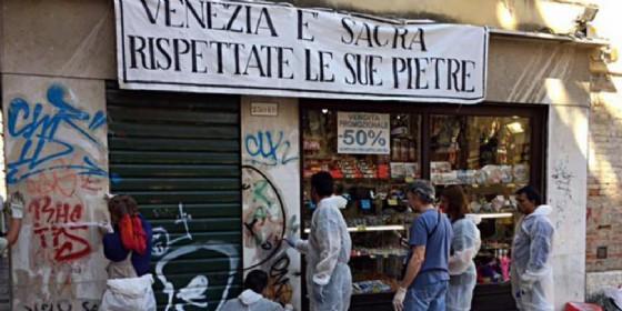 'Venezia è sacra, rispettate le sue pietre': si ripuliscono i muri della città