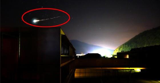 Il meteorite verde immortalato in cielo (© ANSA)