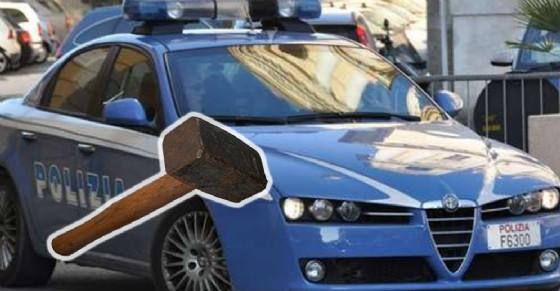 I due ladri hanno usato un martello per infrangere i vetri delle auto (© Questura)