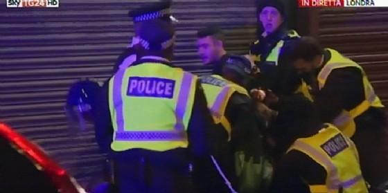 Un fermo immagine di Sky che mostra la polizia londinese mentre blocca un sospetto dopo gli attentati