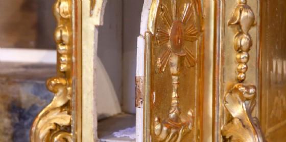 Entra in chiesa e ruba chiavi del tabernacolo e il fazzoletto purificatorio (© Adobe Stock)