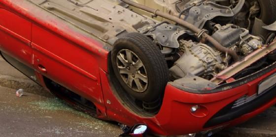 Auto si ribalta: cassetta del metano distrutto e donna ferita (© AdobeStock | lupoalb68)