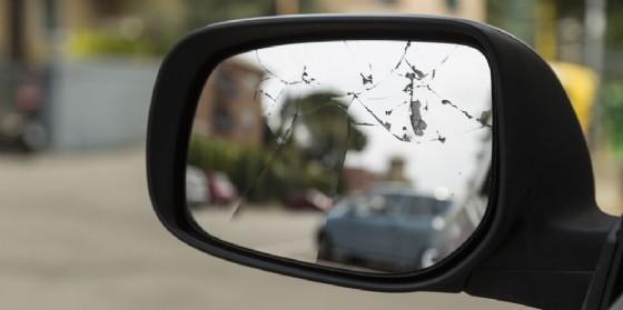 Sassi contro l'auto: la donna non si ferma ed evita la truffa (© AdobeStock | geoste)