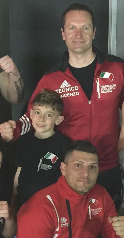 Il piccolo Nicola Fabiano insieme ai suoi istruttori