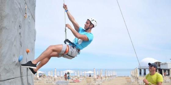 Climbing Wall, tutto pronto per l'inaugurazione della torre di arrampicata sulla spiaggia di Lignano (© AB Comunicazioni)