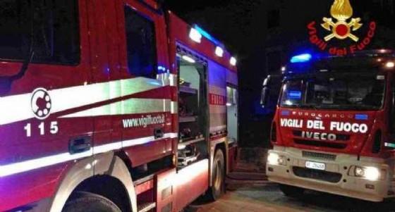 Diverse squadre di vigili del fuoco a Caluso per domare l'incendio divampato nella notte (© ANSA)