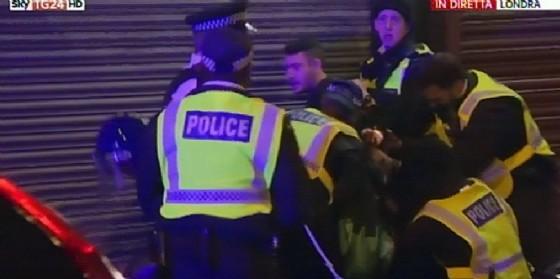 Polizia londinese in azione durante l'attentato