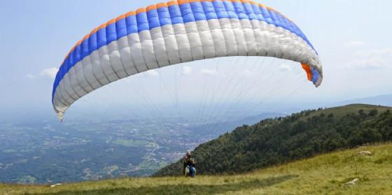 Cade con il parapendio e muore. Tragedia sul monte Chiampon (© Adobe Stock)