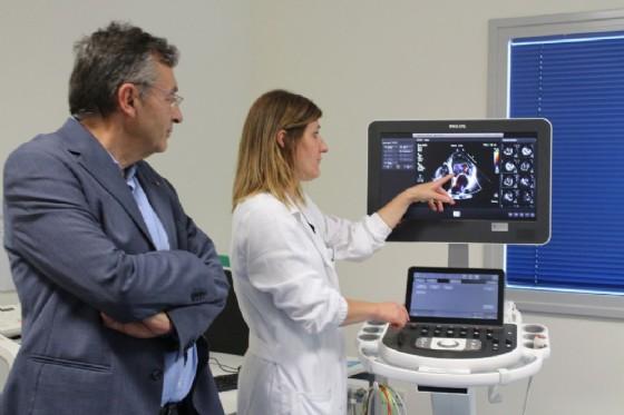 Il direttore del reparto e la cardiologa De Vecchi usano per la prima volta la nuova apparecchiatura (© Ospedale di Biella)