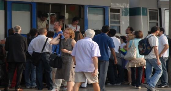 Passeggeri pronti a salire sul treno (© Regione Piemonte)